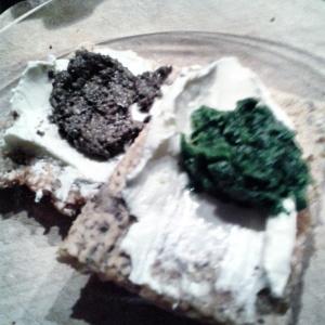 Sesamknäcke mit Tapenad und Bärlauchpesto